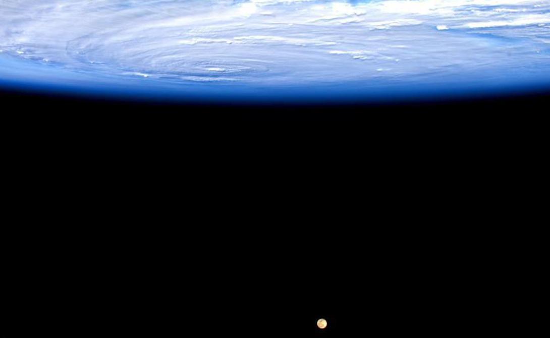 Луна в этом ракурсе смотрится совсем малышкой.