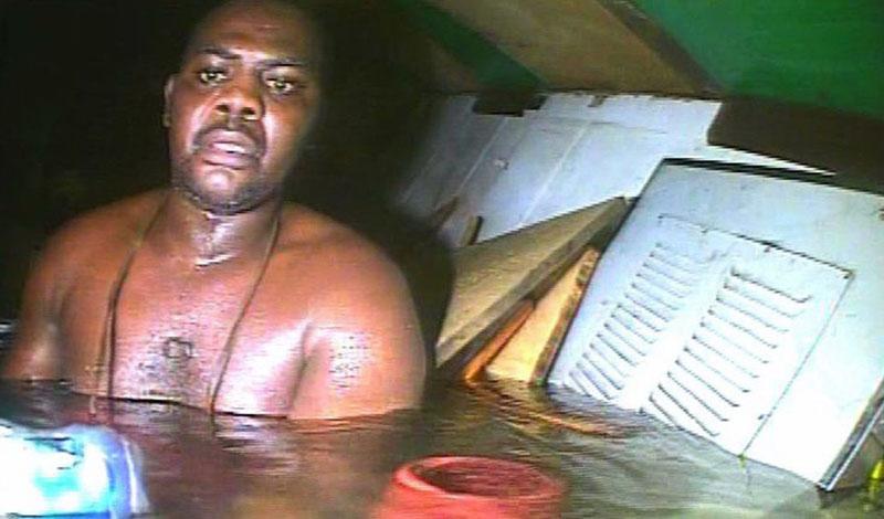 Харрисон Окене 28 мая 2013 года водолазы искали причиную катастрофы судна Jacson-4, затонувушего у берегов Нигерии. Чего они увидеть не ожидали, так это выжившего. Харрисон Окене был поваром на корабле. Он зашел в гальюн как раз в тот момент, как судно перевернулась. Несчастный повар оказался в ловушке — по счастью, здесь образовался пузырь воздуха. Три дня просидел бедный негр под водой и уже потерял надежду, как вдруг услышал стук молотков. Дайверы вытащили ошалевшего от счастья повара: Окене поклялся никогда в жизни больше не ступать на палубу. Еще бы.