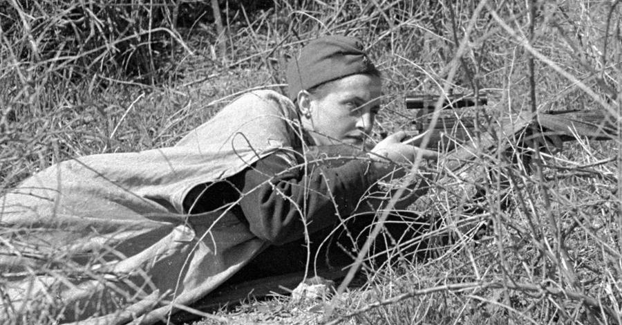 Людмила Павличенко Эта девушка, чье имя стало легендой, родилась на Украине в 1916 году. Людмила пошла в первый же призыв и пыталась вступить в пехотный батальон. Распределили ее в снайперы: 309 гитлеровцев, в том числе — 36 вражеских снайперов.
