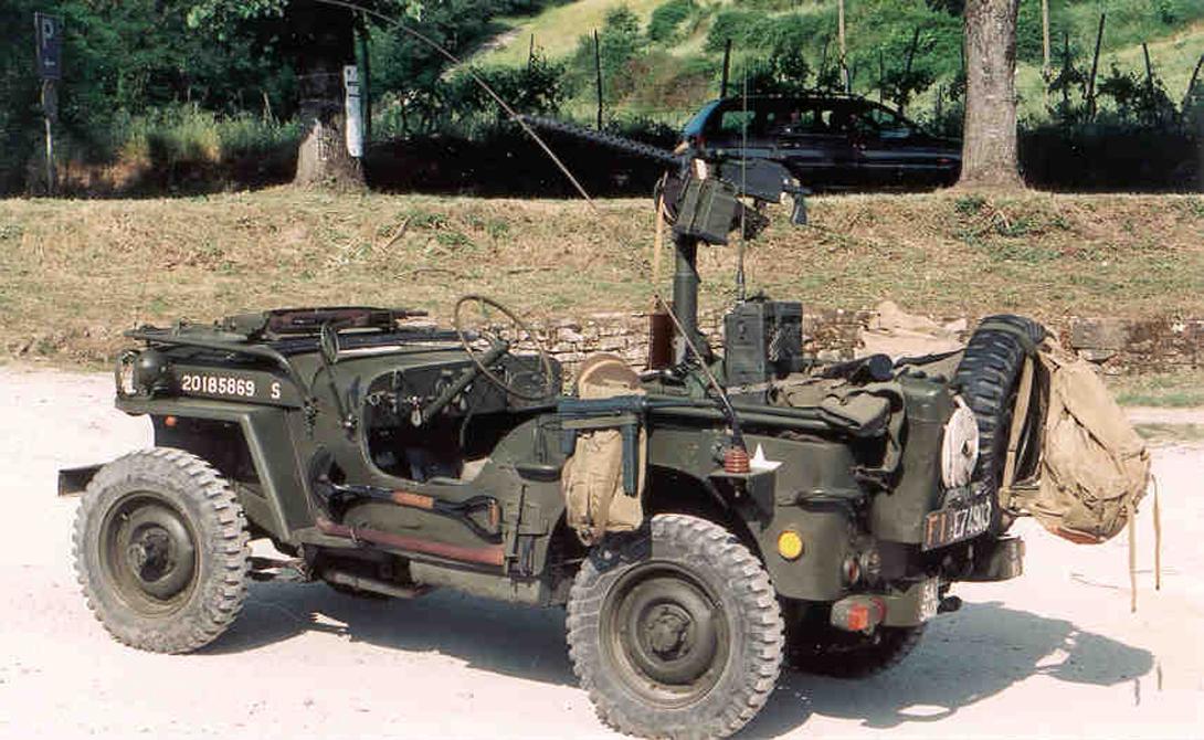 Willys MB США Перед вами — то, что впоследствии будут называть джипом. Разработка конструкторов Willys-Overland Motors получилась настолько удачной, что машину принялись поставлять во все союзные войска. Особенной популярностью автомобиль пользовался в Красной Армии, куда поступило целых 52 тысячи «Виллисов». На основе этой модели, уже в послевоенное время, были построены многие «прадедушки» современных внедорожников.