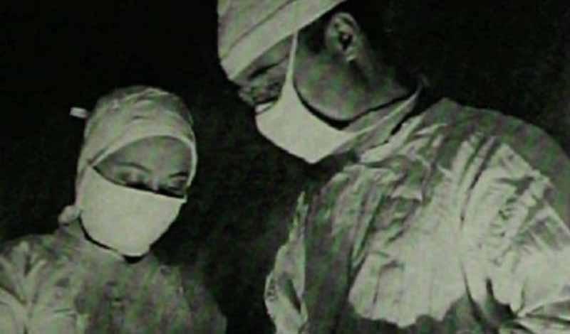 В США первая префронтальная лоботомия была выполнена в 1936 году. Пациентом стал 63-летний Элис Хаммат, а хирургами — Уолтер Фримен и Джеймс Ватт. Они использовали предложенную Монисом химическую лоботомию.