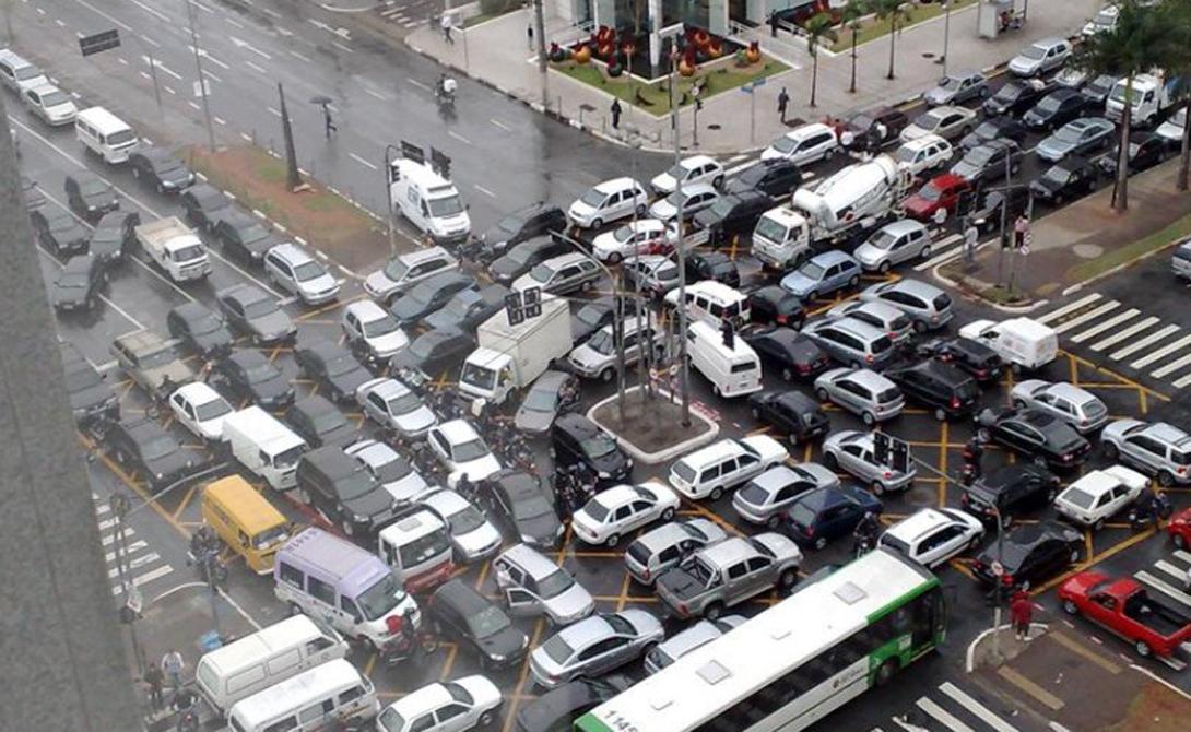 Санкт-Петербург Россия 5-е место Самый красивый город нашей страны также имеет вопиющие дорожные проблемы. Трафик Санкт-Петербурга вполне сравним с московским, зимой же ситуация еще хуже — благодаря более низким температурам, дороги города постоянно покрывает наледь.