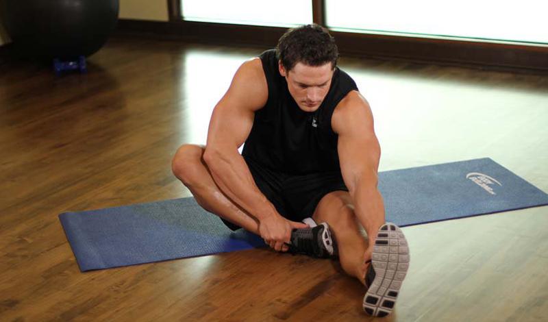 Наклон к ноге Также выполняется из положения сидя. Разведите ноги как можно шире, затем согните одну ногу, прижимая стопу к паху. Тянитесь к вытянутой ноге, помогая себе руками. 30 секунд на каждую сторону хватит, чтобы как следует растянуть подколенное сухожилие.