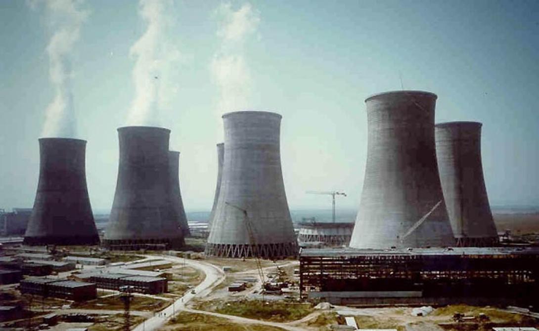 Ясловске-Бохунице Чехословакия Экспериментальный реактор станции в Бохунице работал на уране, добыча которого велась в Чехословакии. За время эксплуатации здесь произошло около 30 аварий, скрытых советским правительством. Наибольший резонанс вызвала катастрофа, случившаяся 22 февраля 1977 года: рабочий вынул стержень регулирования мощности реактора, что привело к утечке радиации. О последствиях ничего не известно до сих пор.