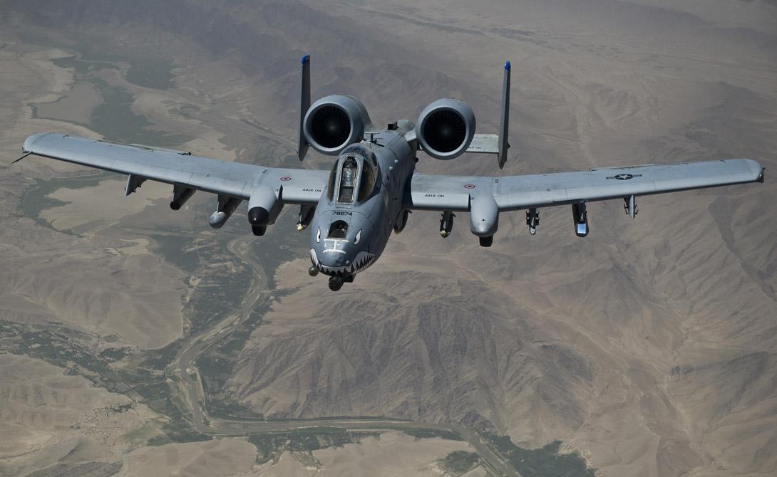 Особое внимание привлекают необычно расположенные турбовентиляторные двигатели. Это модель TF34-GE-100, каждый с тягой по 4 100 кгс. Конструкторы специально вынесли их так высоко, чтобы обеспечить самолету максимальную защиту от огня с земли.