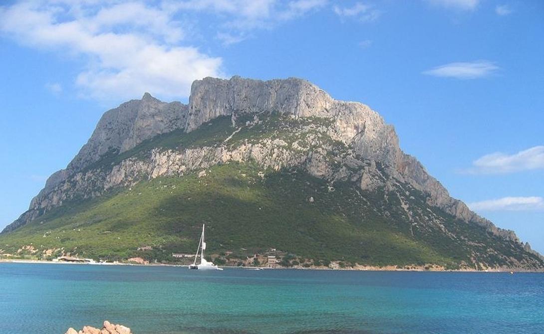Джузеппе Бертолеони, генуэзский эмигрант, прибыл на остров в 1807 году — и привез с собой парочку жен. Собственно, предприимчивый итальянец сбежал на остров, чтобы избежать обвинения в двоеженстве.