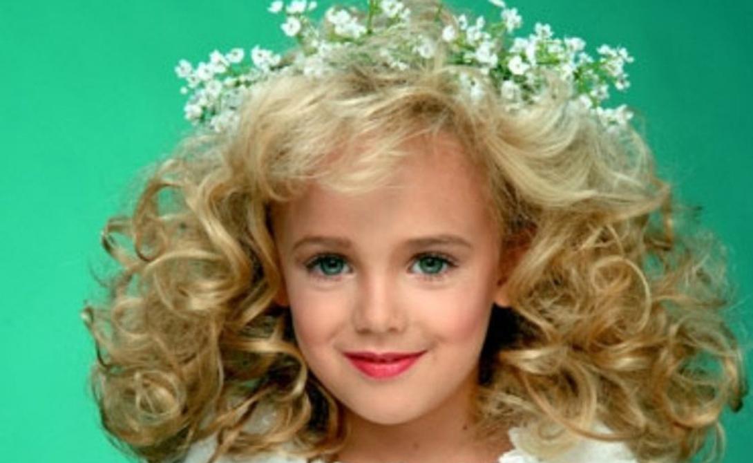 Смерть Джонбенет Рэмси 25 декабря 1996 года Мама юной Рэмси обнаружила записку с требованием о выкупе дочери аккурат в утро рождества. Несколько удивившись (Джонбенет только что была в своей комнате), Пэтси решила проверить состояние дочери — и не нашла ее. Полиция обшарила всю округу, а потом обнаружила тело девочки в подвале собственного дома. В преступлении заподозрили саму мать, однако, в подвале были найдены мужские следы и веревка, свисающая из окна. Генетический материал, найденный на теле бедной девочки, также принадлежал мужчине. К сожалению, это преступление так и осталось в разряде нераскрытых.