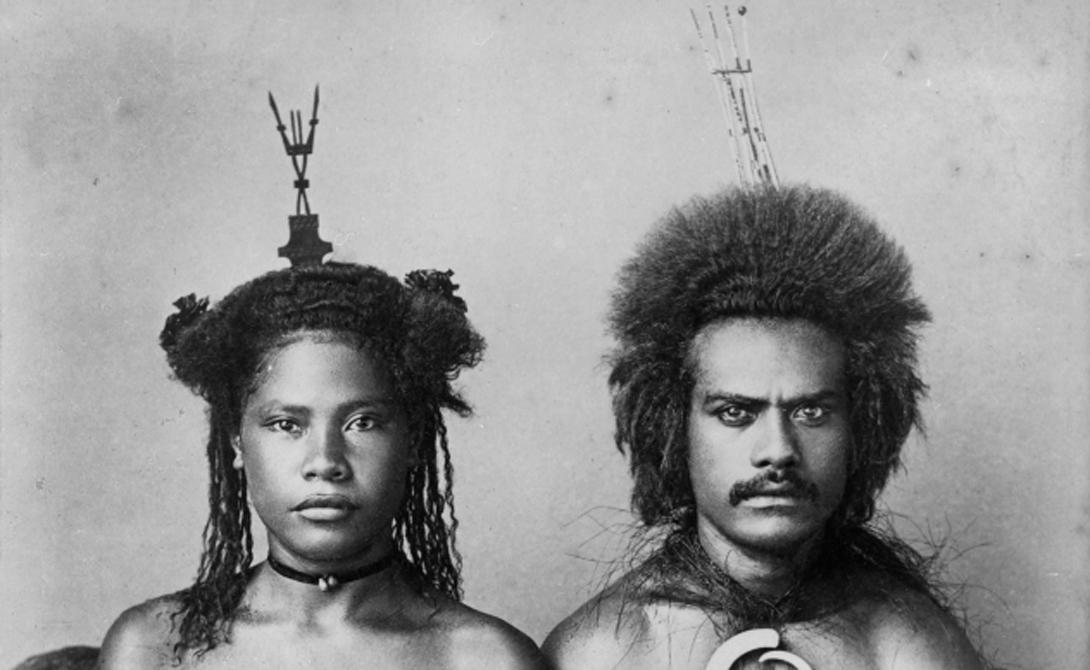Ритуалы Фиджи Многие фиджийцы верили (а некоторые верят до сих пор), что человек вступает в загробный мир в том же состоянии, в котором он покидает мир земной. Увечья, инвалидность — все переносится. Поэтому мудрые граждане этого маленького племени решили: умирать нужно здоровым. Отсюда странный похоронный обычай, требующий убивать старших родственников погибшего члена племени: мол, если умер младший, то им-то уж точно пора.