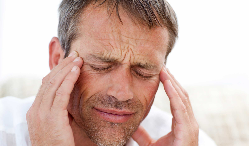 Внезапная и очень сильная боль в голове, которая становится невыносимой — серьезная проблема. Есть шанс, что у вас кровоизлияние в мозг. Немедленно вызывайте скорую.