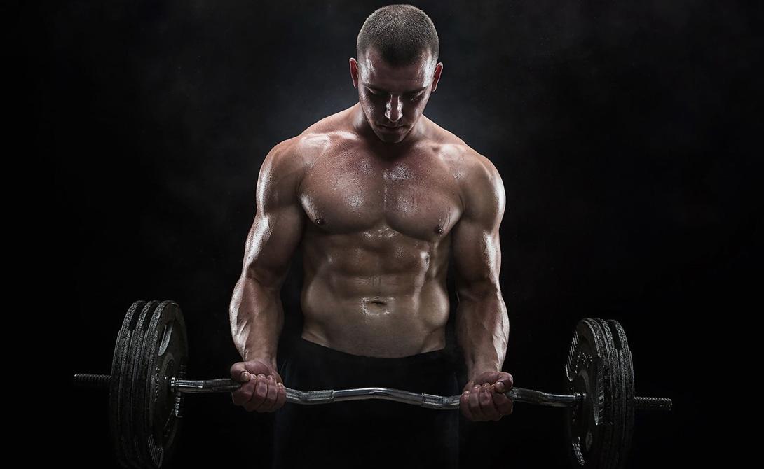 Концентрация Основная ошибка практически каждого второго новичка — гонка за большим весом. Поверьте, никто в зале не следит, сколько там вы повесили на штангу, все занимаются своим делом. Вот и вы займитесь своим: выполняйте каждое упражнение предельно сконцентрировавшись. Работайте небольшими весами, увеличивая их постепенно, соразмерно с растущим уровнем силы.