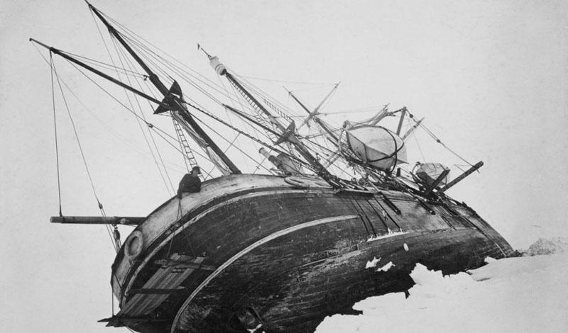 Экспедиция Endurance Эрнест Шеклтон не побоялся отправиться на покорение Южного полюса. Его группа из 28 человек должна была пройти весь континент и взойти на корабль, ожидающий их с другой стороны. Проблемы начались задолго до начала намеченного путешествия. Endurance Шеклтона застрял во льдах и людям пришлось воспользоваться спасательными шлюпками. По счастью, Шеклтон оказался не только опытным, но и везучим командиром: спастись удалось всем участникам рискованной затеи.