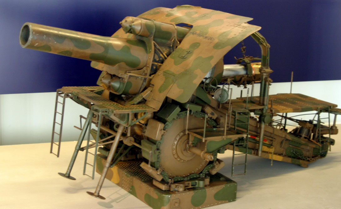 Большая Берта Завод Круппа поставлял немецким войскам большую часть инновационных орудий. В ходе Первой мировой войны несколько пушек этого типа прекрасно себя показали на полях Франции и Бельгии. «Большая Берта» — чуть ли не единственный пример удачной конструкции колоссального орудия.