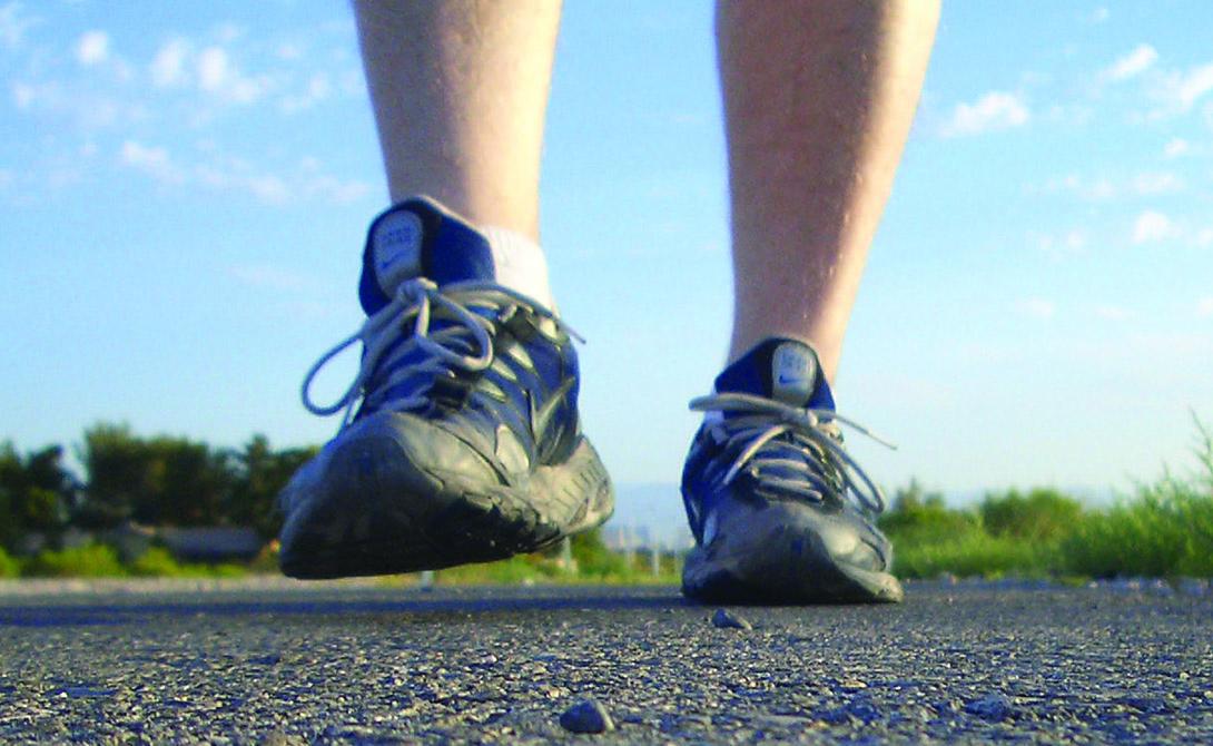 Неправильная обувь И еще один фактор, который редко принимают во внимание — обувь. Неподходящая именно вам пара ботинок может вполне принести столько проблем, что не справился бы и грабитель, решивший разбить ваши коленные чашечки битой. Общий для всех совет — постараться носить обувь с умеренно толстой, комфортной подошвой. Если вы занимаетесь спортом и предпочитаете проводить утро за пробежкой — озаботьтесь правильными беговыми кроссовками. Не экономьте, дороже выйдет.