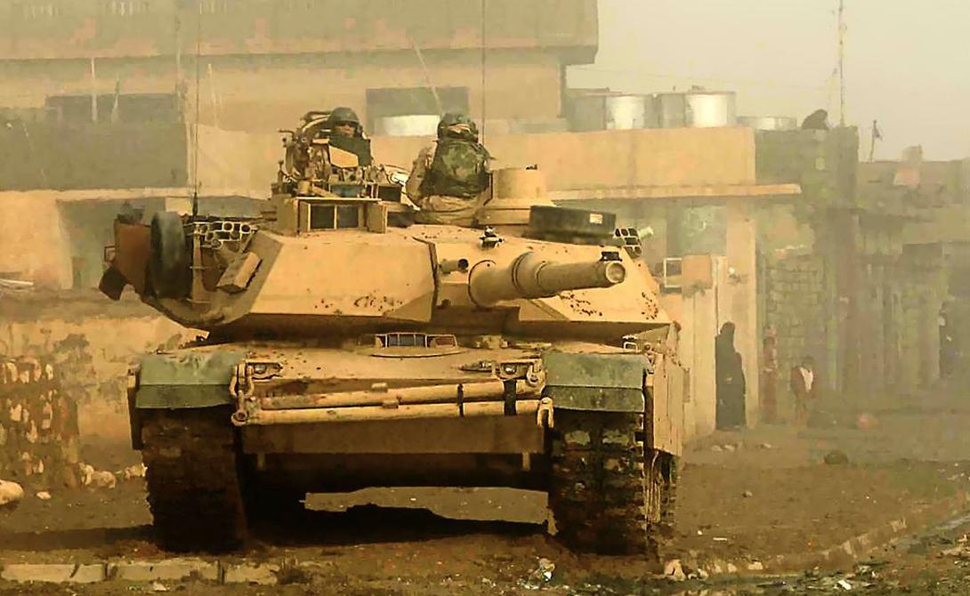 В 2003 году M1 Abrams отлично показал себя в условиях городских боев — между тем, это чуть ли не худшая ситуация, в которой может оказаться танк: диапазон бронированной машины ограничен зданиями. Кроме того, в городе танк может быть атакован сверху, где находится самая тонкая броня.