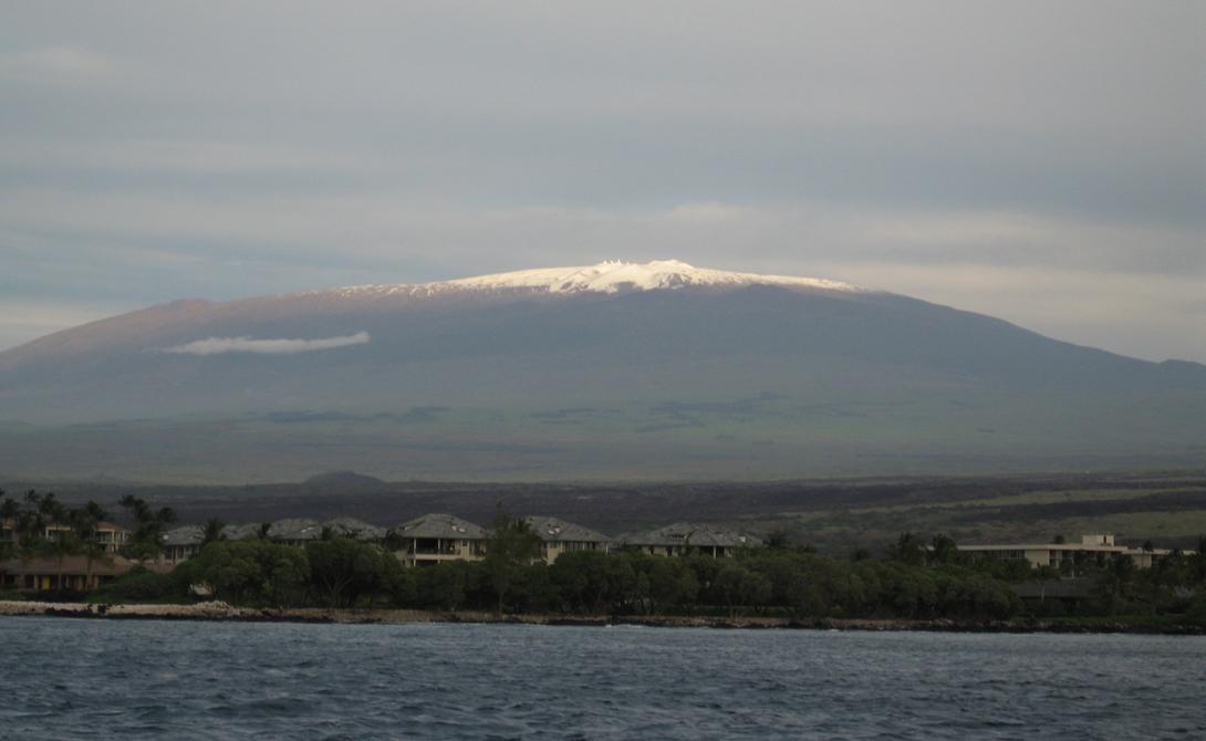 Эверест высочайшая гора мира Гора Эверест и в самом деле самая высокая точка планеты над уровнем моря. Но это не делает ее самой высокой горой в мире — таковой является расположенная на Гавайях Мауна-Кеа. Большая часть Мауна-Кеа скрыта под океаном, ее общая высота — 10 000 метров.