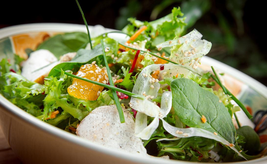 Зеленый салат Все ингредиенты превращаются в питательный завтрак очень быстро. Порубите листья руколы, салата айсберг, пекинской капусты и цикория в миску, добавьте грамм 30 грецких орехов, немного полейте оливковым маслом, умеренно посолите — вот и все. Если знаете, что день предстоит насыщенный событиями, можно добавить в салат отварную куриную грудку, как дополнительный источник белка.