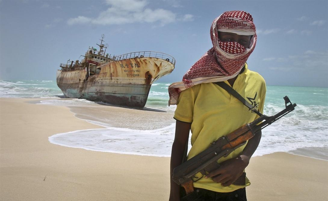 Пиратское сафари На пиратах начали зарабатывать предприимчивые американцы. К примеру, частная контора SOMALI CRUISES в своих рекламных проспектах обещает не менее двух пиратских атак за круиз и просит не стеснятся господ отдыхающих брать с собой любое оружие. За дополнительную плату штурмовую винтовку можно будет получить прямо на корабле — да что там, в прайс-листе есть даже гранатомет.