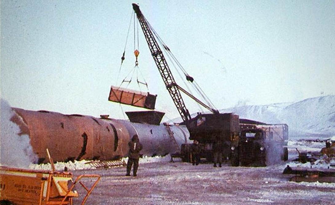 North Star Bay Гренландия Во время холодной войны США инициировали одну из самых опасных операций прикрытия того времени. Программа «Хромовый купол» подразумевала, что в воздухе постоянно находится один из стратегических бомбардировщиков Б-52, готовый нанести удар по СССР. 21 января 1969 года один из Б-52, на борту которого были целых 4 водородные бомбы, загорелся в воздухе. Команда покинула горящий самолет на подлете к авиабазе Тула в Гренландии. При ударе о землю ядерные снаряды сдетонировали, вызывав массовое заражение всей окружающей местности. Программа «Хромовый купол» была моментально закрыта и засекречена.