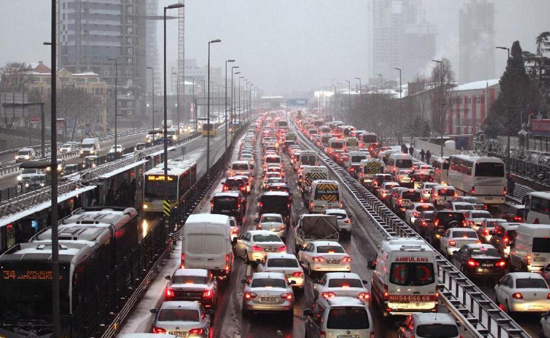 Стамбул Турция 2-е место Большую часть проблем на дорогах создает темперамент местных водителей. Нельзя игнорировать и огромное количество частного автотранспорта: обзавестись своей машиной здесь считается признаком хорошего тона. Надо ли говорить, насколько сложно бывает добраться с работы домой в час пик!