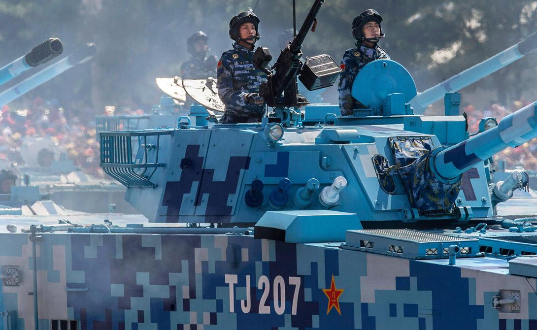 Еще одна загадка современного дизайна камуфляжа, замеченного во время парада Победы: некоторые автомобили имеют ярко-синие блоки. Зачем? Некоторые эксперименты с голубыми тонами проводились — на фоне неба или в заснеженных районах они действительно имеют смысл. Гай считает, что продемонстрированные Китаем бронемашины могут быть амфибиями, что тоже придает смысл подобной окраске.