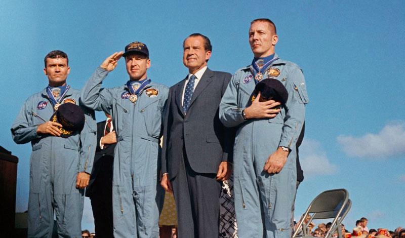 Аполлон 13 Легендарная миссия «Аполлона 13» могла закончиться ужасной трагедией. Неисправная электропроводка заискрила прямо рядом с кислородным баллоном. Всему экипажу пришлось перебраться в лунный модуль и выбираться в основное помещение только для того, чтобы скорректировать полет — иначе их бы просто унесло в космос. Максимальная концентрация помогла Джиму Ловеллу, Джеку Свиджерту и Фреду Хаусе вернуться на Землю целыми и невредимыми.