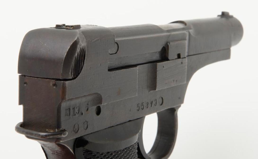 Огрехи конструкции Уже на первых испытаниях конструкция Намбу Тип 94 показала огромное количество недостатков. Взвод курка пистолета осуществлялся с помощью оттягиваемого назад затвора, который полностью закрывает рамку сверху. К тому же, оттягивая затвор назад, боец, одновременно, цеплял расположенный с левой стороны рамки предохранитель, что часто приводило к случайному выстрелу.