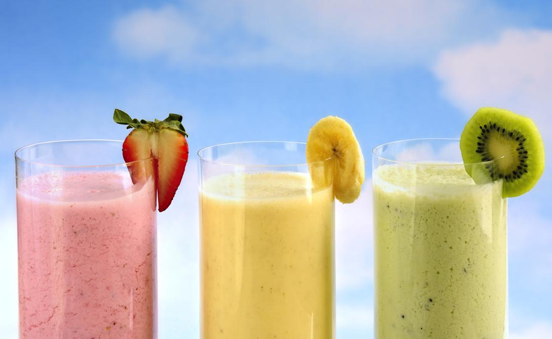 Смузи Всего один стакан правильного коктейля способен зарядить человека энергией на целый день. Для белково-углеводного смузи вам потребуется 100 грамм творога, пара ложек овсяных хлопьев, половина банана и половина яблока. Добавьте пару сушеных фиников, смешайте все в блендере, выпейте и можно бежать по делам.