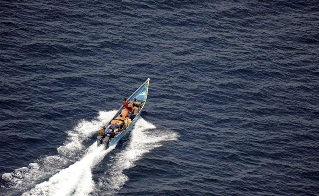 Гвинейский залив Вслед за сомалийцами на пиратское поприще потянулись нигерийцы, оглушительно дебютировавшие в Гвинейском заливе. До введения сюда военных судов, ситуация оставалась очень плачевной: не желая связываться с каким-то мифическим выкупом за корабль, нигерийские пираты грабили, а частенько и просто угоняли в рабство команду.