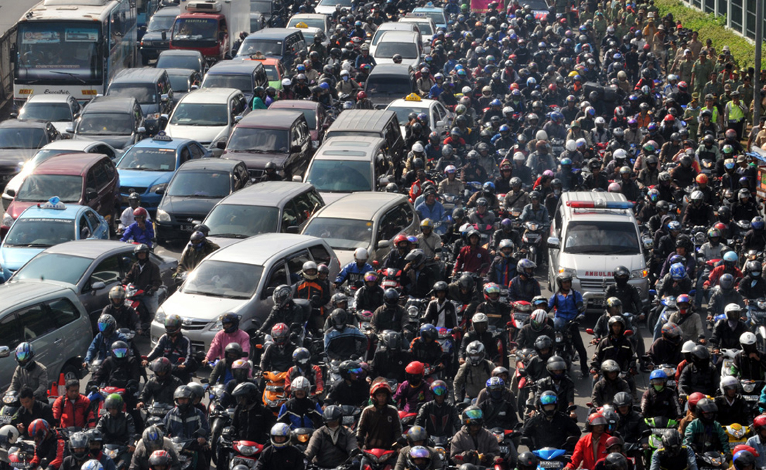 Сурабая Индонезия 4-е место Отсутствие модернизированных систем дорожного транспорта превращает трассы этого города в настоящий ад для невротика. Передвижение со скоростью «черепахи» — обычное дело. Пешеходы же, ничтоже сумняшеся, выходят путешествовать прямо на дорогу. Лавируя между машин, они только осложняют и без того непростую ситуацию.