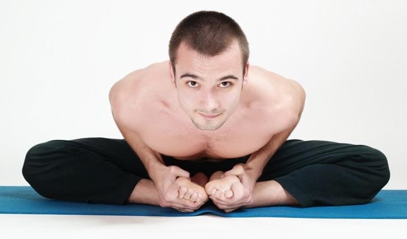 Бабочка Садитесь на землю, согните колени, соединив стопы вместе. Немного надавите на расставленные колени, помогая растягиваться мышцам. Втяните живот и расслабьте мышцы. Затем, наклонитесь вперед как можно глубже и сделайте пять медленных, длинных вдохов. Вернитесь в исходное положение и повторите еще три-четыре раза.
