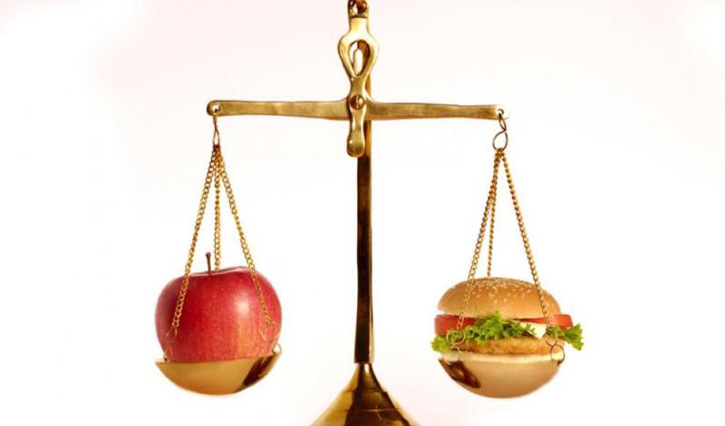 Хватит диет Сейчас не время изнурять организм строгой диетой. Весной мы перестраиваемся на новый режим, а сделать это без надлежащего питания совсем не просто. Вместо того, чтобы тщательно подсчитывать затраченные калории, начните лучше питаться правильно. Пусть ваш рацион будет состоять из большого количества рыбы, сезонных овощей и фруктов — поверьте, это будет даже дешевле ежедневного фастфуда.