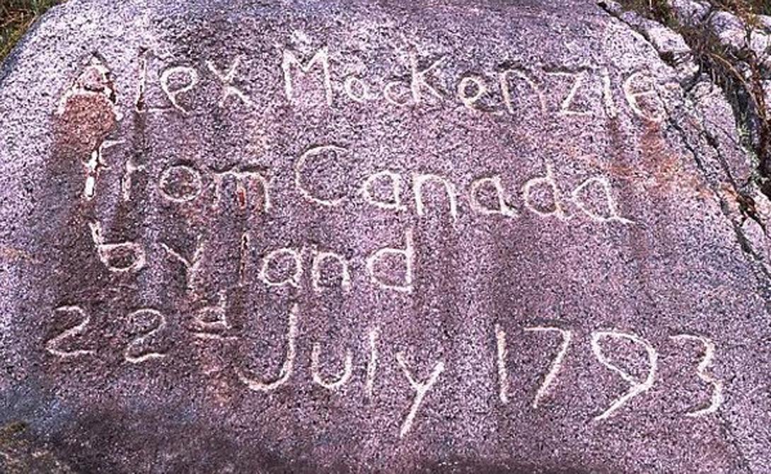 Трансконтинентальная экспедиция Александра Маккензи Александра Маккензи помнят как великого исследователя в Канаде и его родной Шотландии, но заслуженного всемирного признания он так и не получил. В отличие от своих современников, Льюиса и Кларка, отправившихся в экспедицию осваивать новые американские территории. Их трансконтитентальное путешествие завершилось в 1806 году, а вот Маккензи проделал тот же путь почти на десять лет раньше. Его группа прошла до побережья Тихого океана, и не гонящийся за славой путешественник оставил на камне простую надпись — «Алекс Маккензи из Канады, по суше, 22 июля 1793».