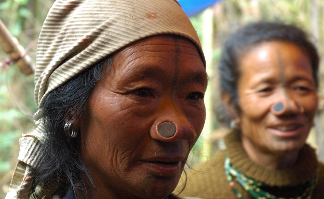 Апатани Индия Мужчины племени апатани очень боятся потерять своих женщин. Легенда гласит, что несколько веков назад девушки-апатани были самыми красивыми в этой местности. Поэтому их постоянно крали — мол, как тут удержаться. Вождь племени решил проблему кардинально: он повелел женщинам растягивать крылья носа и постоянно носить тяжелые, неудобные украшения. С тех пор утекло много воды, но традиция умирать не собирается.