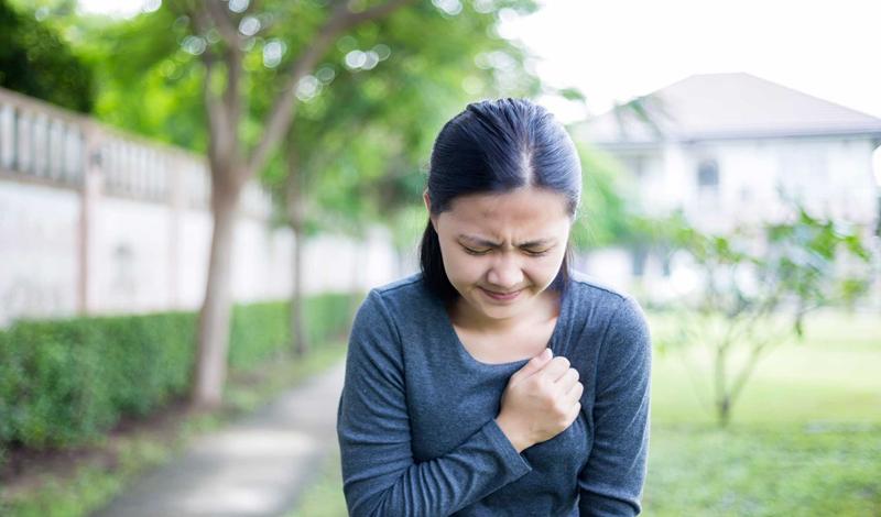 Если боль растекается по направлению от плеча к челюсти, то это может быть признаком сердечного приступа.