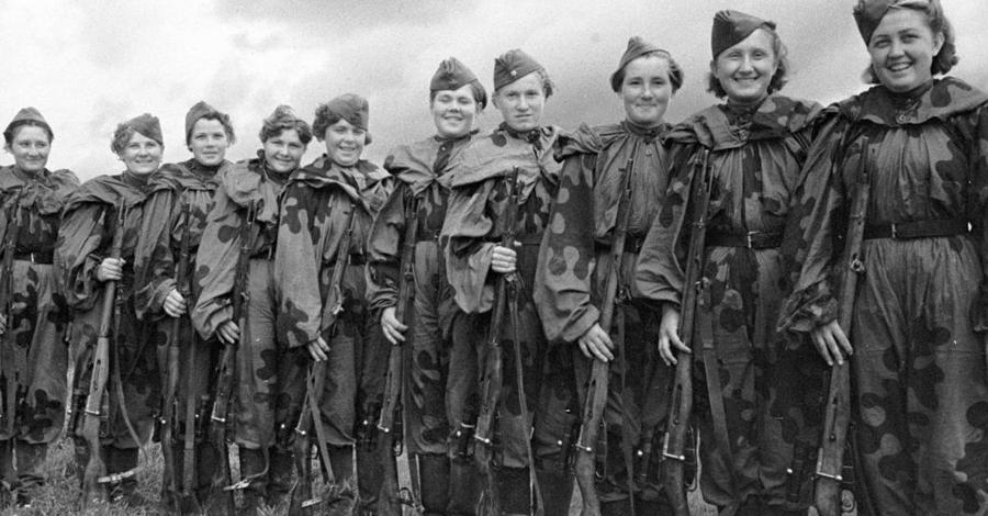 Команды В этой школе готовили девушек учили работать командой. Боевой расчет состоял из двух стрелков, вооруженных модифицированной винтовкой Мосина, оснащенной снайперским прицелом.