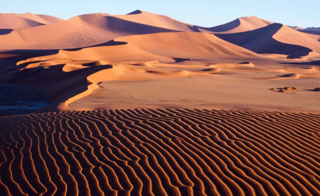 Вода и песок Волны от ветра прекрасно поддаются математической статистике: их повторяющаяся форма дает ученым возможность определить характер всего водоема по небольшому участку воды. Точно так же ветер работает и с песком. Обратите внимание на песчаные дюны — они могут сформировать целый ряд закономерностей, складывающихся порой в весьма интересные узоры.