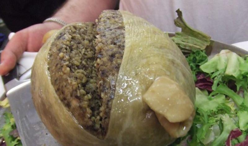Хаггис Шотландия Странная, экзотическая и (будем откровенны) отвратительная еда не всегда появляется из далеких стран. Хаггис, к примеру, готовят вполне цивилизованные ребята — шотландцы. Они измельчают внутренности овцы, смешивают их с солью, овсянкой, салом и специями и подают гостю… в желудке той же овцы.
