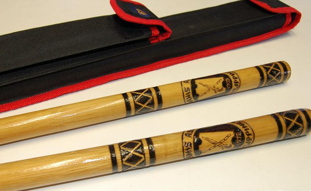 Деревянное оружие Традиционно палки изготавливаются из пальмового дерева или бамбука. В технике сина-вали боец орудует бастонами длиной 80 сантиметров, кинжальная палка не должна быть длиннее 30 сантиметров, ну а поклонник арнис кавайан работает уже шестом в 170 сантиметров.
