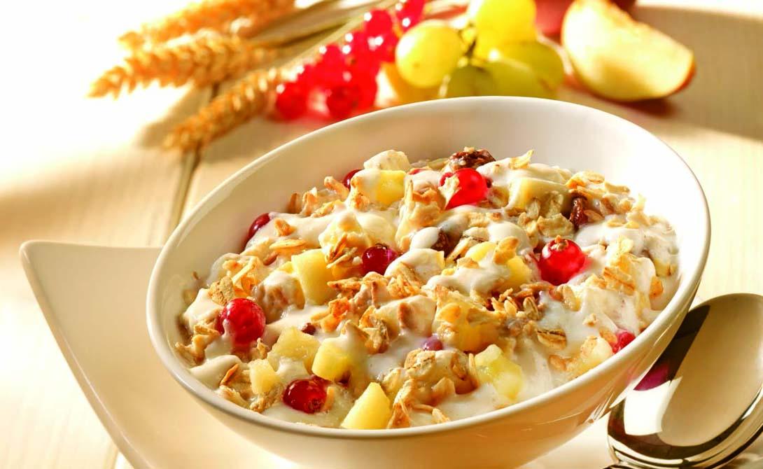 Овсянка, сэр! Быстрый и полезный завтрак, который практически не нужно готовить. Залейте миску «Геркулеса» на ночь теплой водой, только не переусердствуйте с количеством. К утру перед вами окажутся готовые хлопья. Добавьте изюм, яблоки, мед и орехи — такой набор обеспечит организм большим количеством энергии и не перегрузит желудок работой.