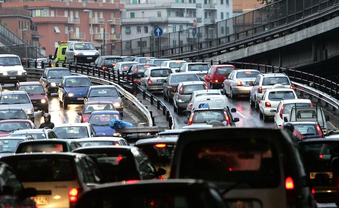 Рим Италия 7-е место Священный город наводнен туристами в любое время года. Не стоит недооценивать и количество паломников, стекающихся сюда поклониться Папе. Согласно отчету за 2015 год, Рим стал одним из самых опасных городов мира по дорожно-транспортным происшествиям. Основным источником проблем остаются мотоциклисты, коих здесь очень много.