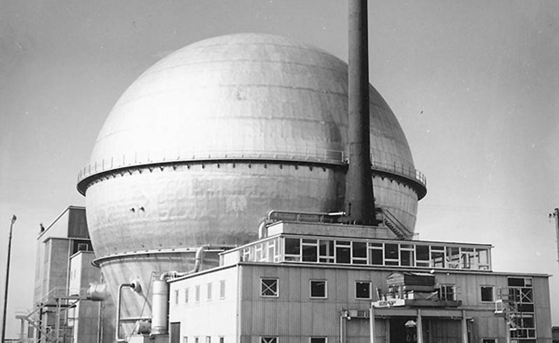 Уиндскейл Англия Реактор в Уиндскейле был предназначен для производства плутония, однако впоследствии правительство решило переоборудовать его для производства трития. К сожалению, тритий требовал более высокой температуры реактора, не приспособленного к таким нагрузкам. Начавшийся 10 октября 1957 года пожар потушили, а воду слили прямо в реку. Спустя несколько лет в этой местности отметили вспышку раковых заболеваний, унесших жизни трехсот человек.