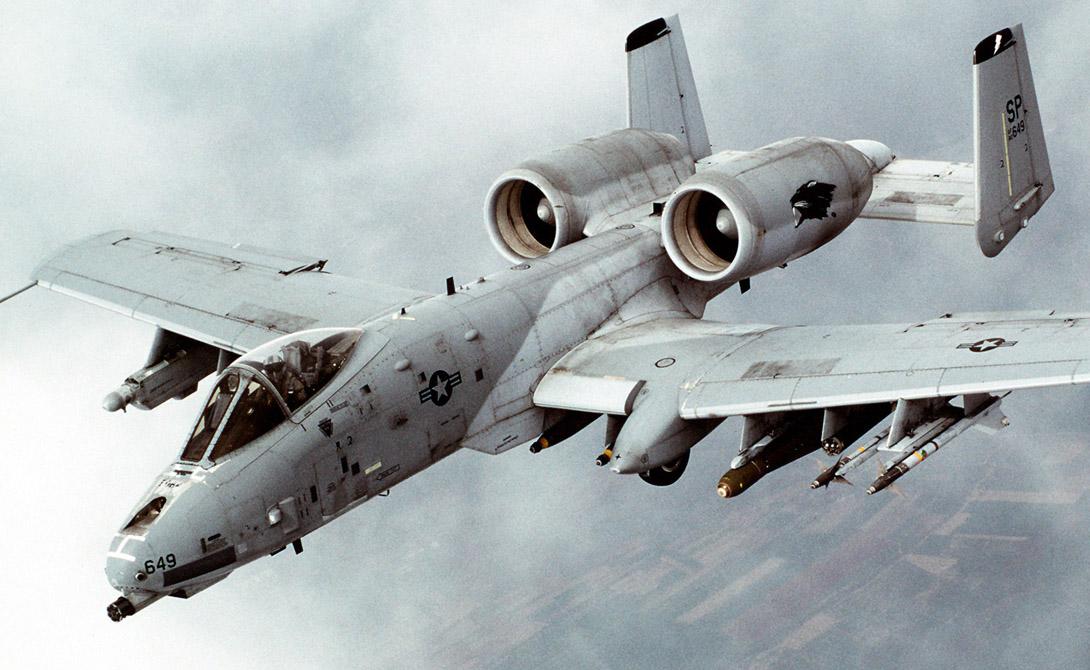 А-10 Thunderbolt II Экипаж: 1 пилотДлина: 16,26 мРазмах крыла: 17,53 мМасса снаряжённого: 10515 кгМаксимально допустимая скорость: 834 км/чОбъём топливных баков: 6200 лБоевой радиус: 463 кмПрактический потолок: 13380 м