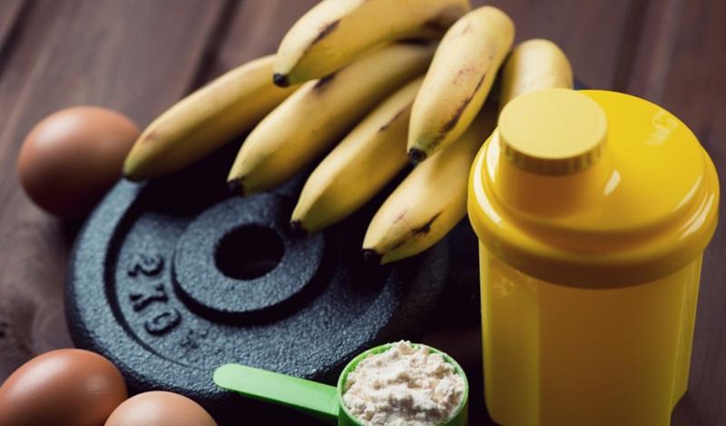 Примерный дневной рацион Ежедневный рацион может и должен меняться, чтобы организм получал достаточное количество витаминов, минералов и микроэлементов. Если вы тренируетесь стабильно три-четыре раза в неделю, то разогнанный метаболизм нужно подкармливать примерно в таких объемах: 300 грамм белого птичьего мяса3 яйца30 грамм масла150 грамм черного хлеба500 грамм каши200 грамм фруктов350 грамм овощей