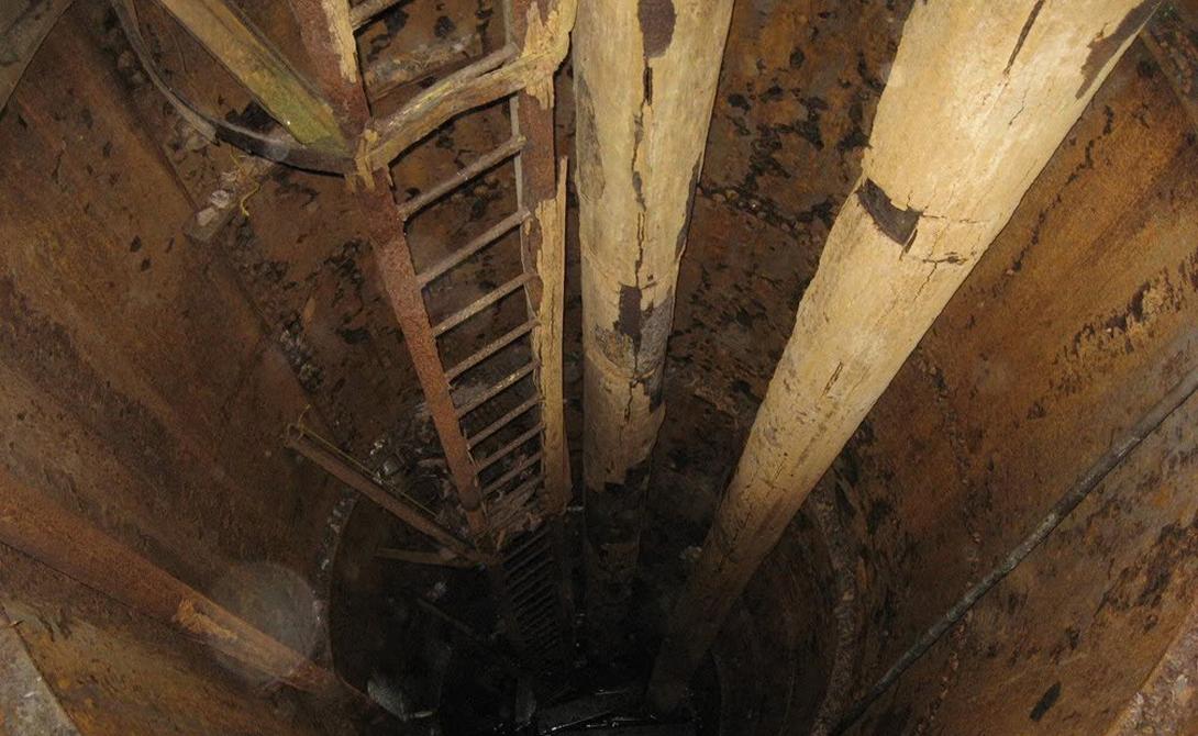 В 1795 году несколько мальчишек — Дэнил Макгинесс, Энтони Воган и Джон Смит — играли в пиратов на южной оконечности острова. Здесь они нашли дуб, с которого свисал корабельный блок с куском каната. А под ним ребята нашли вход в странную шахту, полностью засыпанную землей. Раскопав отверстие на несколько метров, парни обнаружили перекрытие из дубовых бревен. Под ними оказался темный, уходящий глубоко вниз шурф шахты. На скальном основании же обнаружился нехитрый шифр, с которым разобрались родители мальчиков.