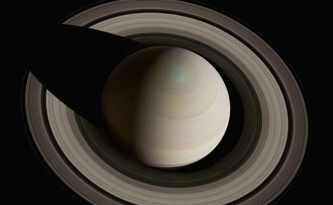 Фотография Сатурна, сделанная путем наложения 36 снимков друг на друга — использовались красные, зеленые и голубые фильтры. Cassini, октябрь 2005 года.