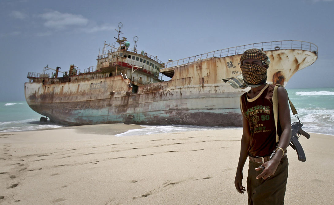 Конец игры Почти семьлет сомалийские пираты терроризировали торговые корабли чуть ли не всего мира. А в 2010 грабители додумались захватить несколько нефтяных супертанкеров, принадлежащих шейхам из ОАЭ. Семья Аль-Нахайн тут же выделила внушительную сумму создателю компании наемников Blackwater Эрику Принсу. Тот собрал небольшую профессиональную армию наемников, вооружил их до зубов и за два года захватил Пунтленд, на территории которого находились почти все сомалийские пиратские базы. С 2012 по настоящее время в сомалийских водах было захвачено только одно судно, а пираты перебрались в Гвинейский залив.