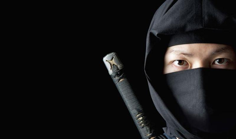 Воин в маске И, конечно же, ниндзя никогда не должен появляться без зловещего черного капюшона на голове — иначе кто же его испугается! Шиноби и в самом деле использовали маски при необходимости, но вполне могли пойти в атаку и с открытым лицом.