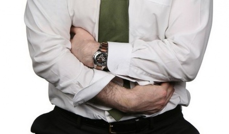 Синдром раздраженной толстой кишки Синдром раздраженного кишечника (СРК) — хроническое заболевание, которое поражает толстую кишку и вызывает боль в животе, спазмы, вздутие живота, понос и запор. В соответствии с диагностическими критериями, пациент должен иметь вышеперечисленные симптомы в течение, по крайней мере, шести месяцев — не меньше трех дней каждую неделю месяца. Врачам чрезвычайно трудно выявить СКР и, следовательно, лечить его, так что больные долгое время подвергаются медикаментозному лечению от других, схожих по симптоматике болезней.