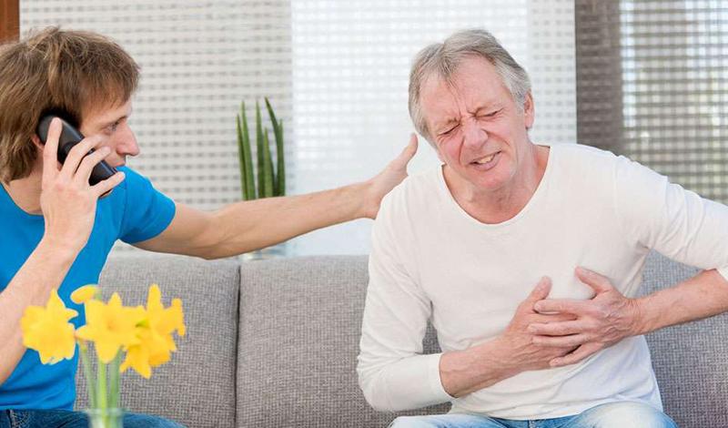 Что делать Первые же признаки инфаркта должны вас насторожить. Не рискуйте, сразу звоните в скорую. Если вы не успеете начать лечение в течение часа после появления первых симптомов — будут проблемы. Дело в том, что сужение артерий крайне необходимо предотвратить за 90 минут, иначе свести последствия к минимуму просто не удастся.