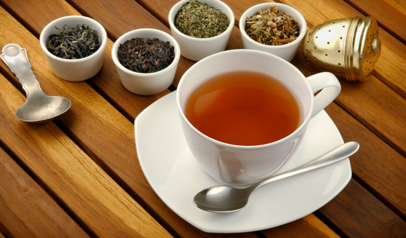 Чай Зеленый и белый чаи — потенциально защищают человеческое тело от некоторых серьезных заболеваний. Кроме того, зеленый чай может понизить кровяное давление, уровень холестерина и жира в организме. Правда, врачи рекомендуют чай не заваривать, а жевать свежие листья, либо добавлять их в смузи.